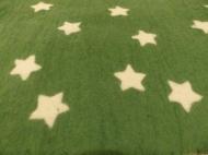 Sterne aus Vorfilz ausschneiden und auflegen