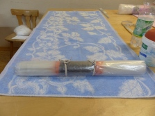 5 Gürtel in einen harten Kern (feuchtes Handtuch) und Malerfolie wickeln, dann wird gerollt