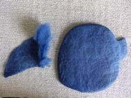 An den Körper (Schablonentechnik) kommen das Ohr und der Arm, indem das trockene Ende angefilzt wird.