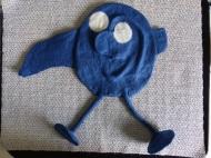 Wenn alle Einzelteile am Körper befestigt sind, wird die Schablone entfernt und das Monster geknetet, damit es kleiner und fester wird.