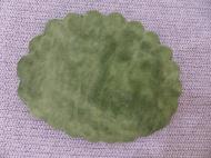 Nachdem auch die Füße fertiggestellt sind, ist der Körper dran. Auch er wird mit einer Schablone geformt. Damit die türkise Wolle durchschimmert, werden abwechselnd grüne und türkise Wolle aufgelegt.