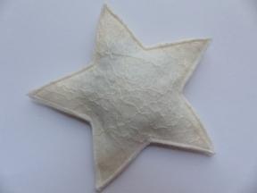 2 Sterne aus der Filzfläche schneiden...