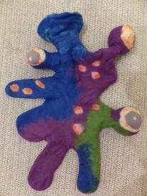 Das Monster wird im letzten Filzprozess geknetet und geworfen und dann mit Füllwatte ausgestopft.