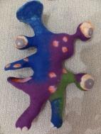 Das Maul ist eine besondere Challenge: die Schablone des Oberkiefers ist vorne aufgeschnitten und zu einem Löffel geformt. Auch der Unterkiefer erinnert an einen Löffel und ist mit Vorfilz dekoriert.
