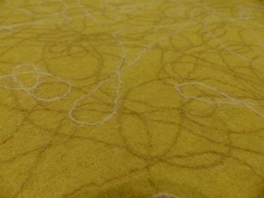 der gebügelte Filzstoff lässt die Seidenfäden glänzen