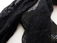 Der fertige Schal wiegt nur 30g und passt gut zur Glitzertasche.