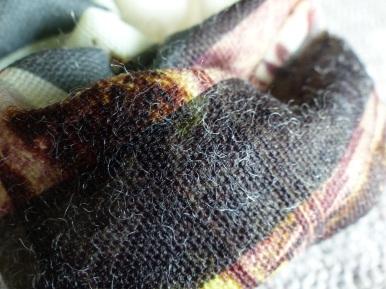 Nun wird deutlich, dass die Wollfasern den Stoff im Griff haben.