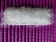 Die Vorderseite wird mit einem Stück Vorfilz belegt, das etwas größer ist als die Lücke. Alles wird mit Seifenlauge angefeuchtet und vorsichtig angefilzt.