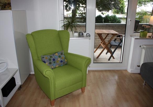 2015.07 grüner Sessel mit Kissen