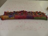 Der nächste Schritt beinhaltet das Rollen ohne Kern. Heißes Wasser und Seife werden hinzugegeben, das Teil schrumpft merklich auf 70 x 70 cm.