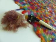 Bewährt hat sich das Bügeln und Rasieren (Einmalrasierer), um eine glatte Oberfläche zu erhalten.
